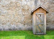 Parete di pietra rustica dell'annata e del outhouse Fotografia Stock
