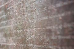 Parete di pietra scolpita Testo latino del languaje immagine stock