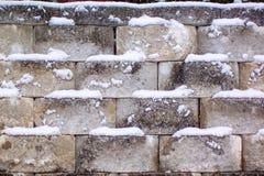 Parete di pietra di Snowy un giorno di inverno freddo fotografie stock libere da diritti