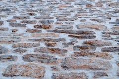 Parete di pietra sulla via n il pomeriggio immagine stock