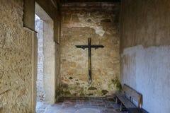 Parete di pietra trasversale di legno Santo Domingo Monastery Ruins Antigua Guatemala immagini stock