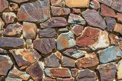 Parete di pietra variopinta interessante Immagini Stock