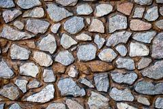 Parete di struttura della parete di pietra delle pietre di colore grigio un giorno di estate Fotografia Stock