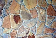 Parete di struttura della parete di pietra delle pietre di colore grigio un giorno di estate Fotografie Stock Libere da Diritti