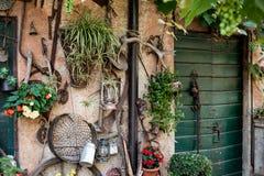Parete di un countryhouse in pieno degli strumenti e dello strumento per gardenin Immagini Stock