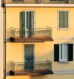 Parete di una costruzione di appartamento alla luce di tramonto, lunedì Immagine Stock