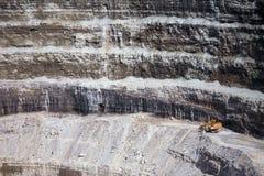 Parete di una miniera moderna del diamante che caratterizza grande macchinario giallo Fotografie Stock Libere da Diritti