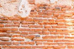 Parete di vecchi mattoni rossi con il cemento della crepa Fotografia Stock