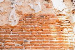 Parete di vecchi mattoni rossi e del fondo incrinato del cemento Immagine Stock