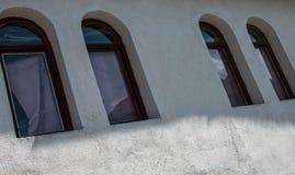 parete di vecchia casa di pietra con le finestre immagini stock