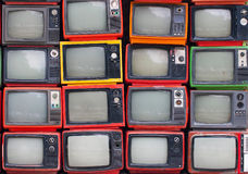Parete di vecchie televisioni d'annata immagine stock