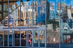 Parete di vetro australiana del museo marittimo nazionale con la riflessione o Immagini Stock