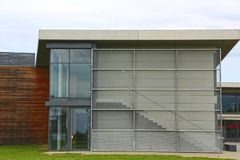 Parete di vetro esteriore di una casa moderna con una porta e le scala Fotografia Stock
