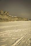 Parete difensiva di vecchio castello sul fondo della neve retro Fotografia Stock
