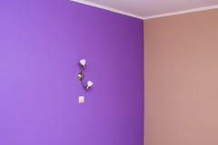 Parete lilla dipinta con il rullo di pittura strutturato immagine stock immagine di rullo - Parete testata letto dipinta ...