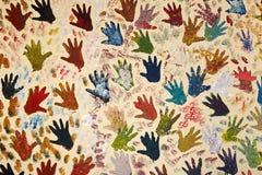 Parete dipinta con vari segni della palma della mano Fotografia Stock Libera da Diritti
