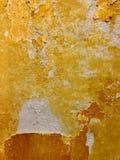 Parete dipinta nel giallo scheggiato fotografia stock libera da diritti