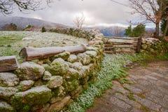 parete e di legno di pietra quindi nell'ambito del gelo immagine stock libera da diritti