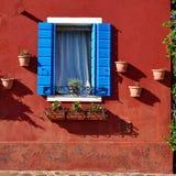 Parete e finestra rosse Isola di Burano, Venezia, Italia Fotografie Stock Libere da Diritti