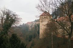 Parete e torre protettive accanto alla st Vitus Cathedral a Praga nell'inverno Immagini Stock