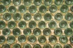 Parete fatta con le bottiglie di vetro verdi Fotografia Stock Libera da Diritti