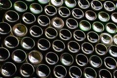Parete fatta delle bottiglie di vino Fotografia Stock