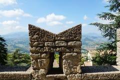 Parete fortificata e una vista della città al piede di San Marino, Fotografie Stock