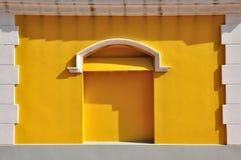 Parete gialla con il blocco per grafici bianco del mattone Immagine Stock