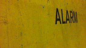 Parete gialla con la posta dell'allarme immagini stock libere da diritti