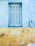 Parete gialla e blu con la finestra Immagini Stock