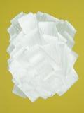 Parete gialla verniciata nel bianco con il rullo di vernice Fotografia Stock