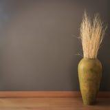 Parete grigia con il vaso del ramo asciutto Fotografia Stock