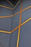 Parete grigia con le linee arancio Fotografie Stock Libere da Diritti