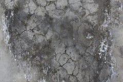 Parete grigia del cemento con le crepe. Immagine Stock Libera da Diritti