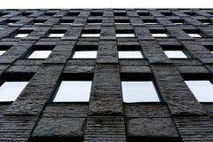 Parete grigia di pietra con le finestre fotografia stock