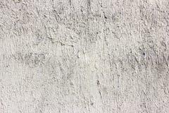 Parete grigio chiaro d'annata incrinata sporca di struttura della muffa del calcestruzzo e del cemento di vecchio lerciume o fond fotografie stock