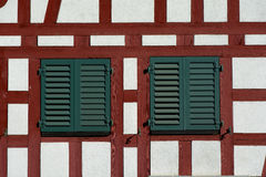 Parete incorniciata legname svizzero con le finestre Fotografia Stock