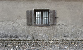 Parete incrinata con la vecchia finestra di legno Priorità bassa di pietra di struttura Fotografia Stock