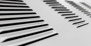 Parete industriale del metallo bianco con la griglia di ventilazione fotografia stock libera da diritti