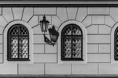Parete invecchiata in bianco e nero con la lanterna antica fotografia stock