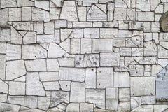 Parete lamentantesi al cimitero di Remuh costruito con i frammenti delle pietre tombali ebree, Cracovia, Polonia fotografia stock libera da diritti