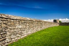 Parete medioevale che circonda il castello con la pietra Fotografie Stock