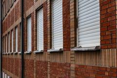 Parete modellata mattone dell'edificio per uffici dall'angolo immagine stock
