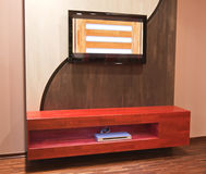 Parete moderna della mobilia con Plazma TV e raggio blu immagini stock