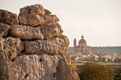 Parete neolitica con la basilica di Ta Pinu in Gozo Fotografia Stock