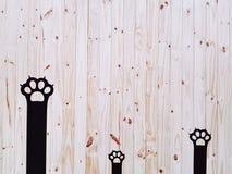 Parete nera decorativa di Cat Paws On Wooden Plank fotografia stock libera da diritti