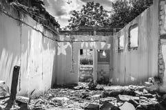 Parete nociva della casa o della costruzione civile domestica con il foro ed il tetto crollato distrutti dalla granata nella zona Fotografie Stock Libere da Diritti
