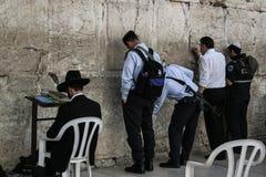 Parete occidentale, Gerusalemme, 03 04 2015, uomo che attacca una nota nel Th fotografie stock libere da diritti