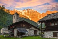 Parete orientale spettacolare di Monte Rosa all'alba dal villaggio alpino pittoresco e caratteristico di Macugnaga - Staffa, Ital Immagini Stock