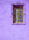 Parete porpora dipinta dello stucco con la finestra esclusa Immagini Stock Libere da Diritti
